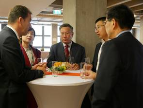 Prof. Dr. Diederich Bakker (left) and the Chinese delegation